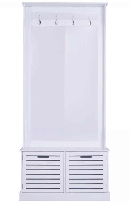 Bílý botník s lamelovými otvory pro cirkulaci vzduchu