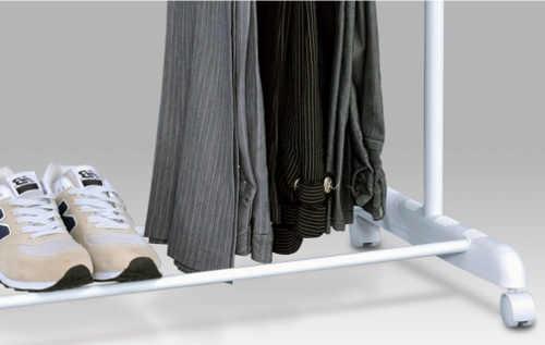 Pojízdný stojan na šaty s odkladačem na boty