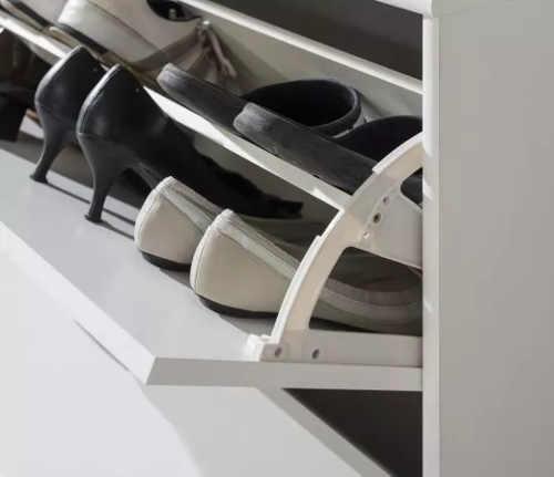 Praktické výklopné police v botníku se dvěma patry