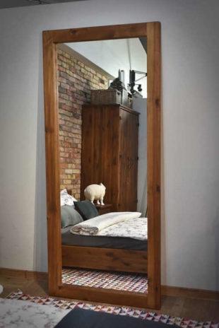 Zrcadlo do předsíně v robustním dřevěném rámu