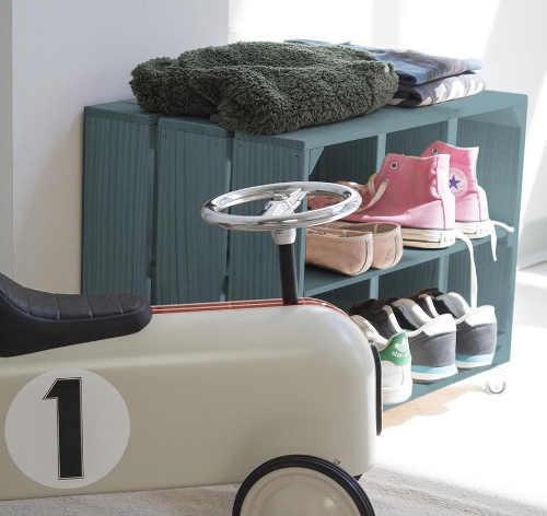 Malý otevřený botník do dětského pokoje